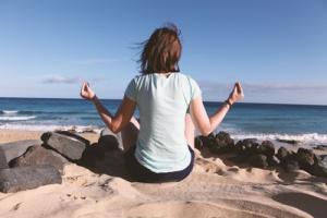 Meditation am Strand Quelle: Julien Christ, pixelio.de