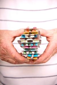 Patienten mit chronischen Schmerzen bekommen im Durchschnitt 4,5 verschiedene Medikamente täglich verordnet. Das sind 70 Prozent mehr als Patienten ohne chronische Schmerzen.